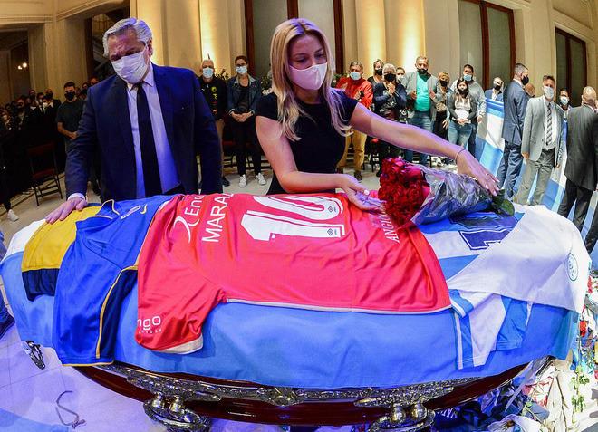 Argentina tổ chức quốc tang Maradona: Dòng người đến viếng kéo dài bất tận, bạo động đã xảy ra - Ảnh 2.