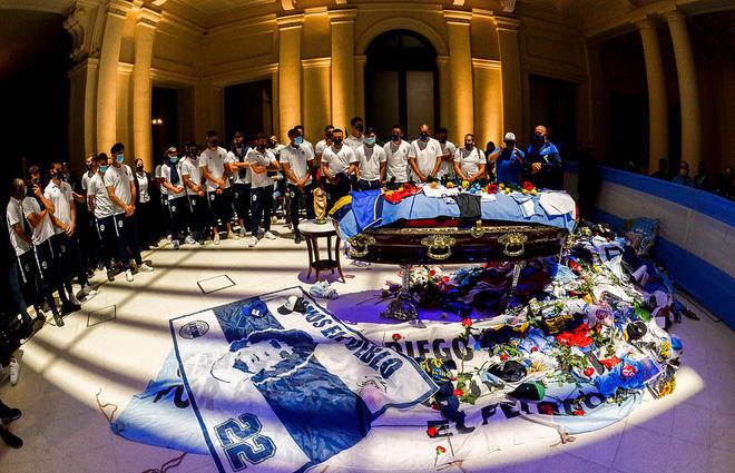 Argentina tổ chức quốc tang Maradona: Dòng người đến viếng kéo dài bất tận, bạo động đã xảy ra - Ảnh 3.
