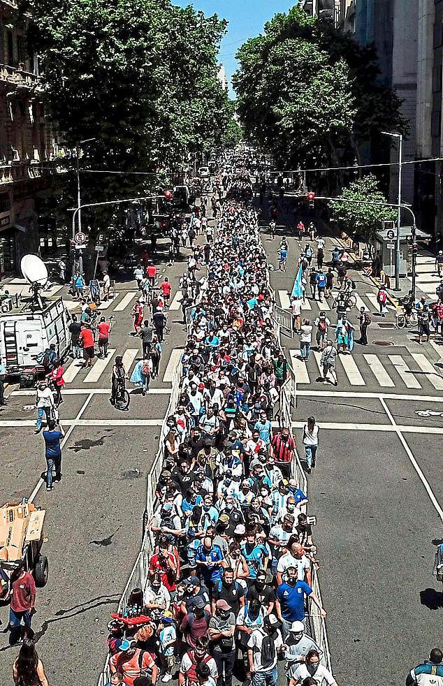 Argentina tổ chức quốc tang Maradona: Dòng người đến viếng kéo dài bất tận, bạo động đã xảy ra - Ảnh 4.