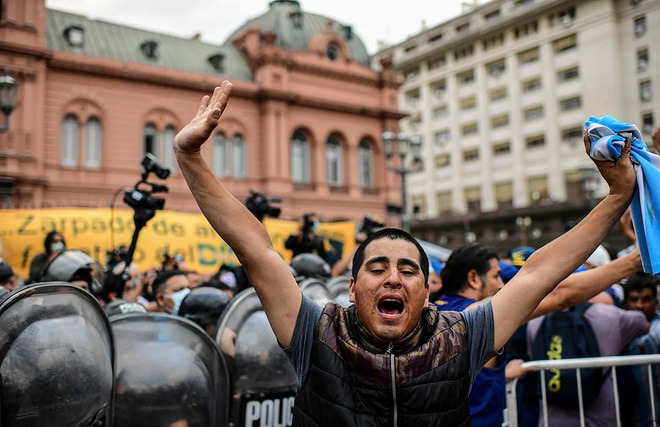 Argentina tổ chức quốc tang Maradona: Dòng người đến viếng kéo dài bất tận, bạo động đã xảy ra - Ảnh 5.