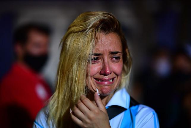 Argentina tổ chức quốc tang Maradona: Dòng người đến viếng kéo dài bất tận, bạo động đã xảy ra - Ảnh 7.