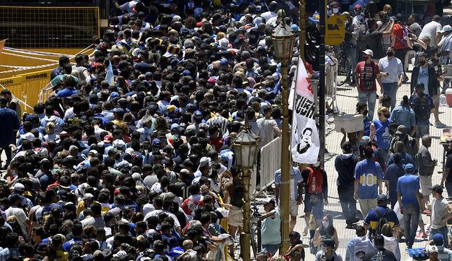 Argentina tổ chức quốc tang Maradona: Dòng người đến viếng kéo dài bất tận, bạo động đã xảy ra - Ảnh 9.