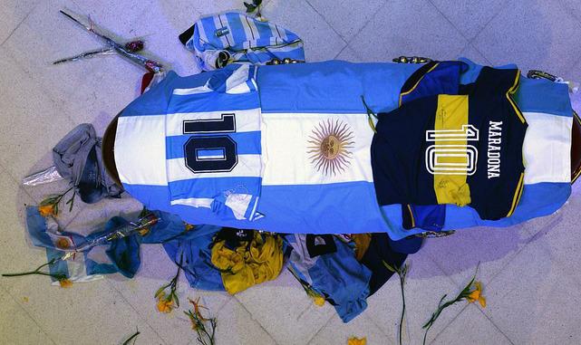 Argentina tổ chức quốc tang Maradona: Dòng người đến viếng kéo dài bất tận, bạo động đã xảy ra - Ảnh 10.