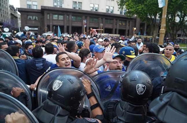 Argentina tổ chức quốc tang Maradona: Dòng người đến viếng kéo dài bất tận, bạo động đã xảy ra - Ảnh 11.
