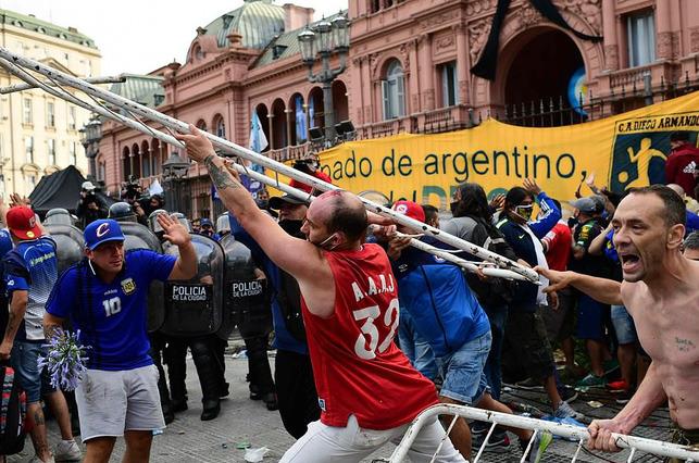 Argentina tổ chức quốc tang Maradona: Dòng người đến viếng kéo dài bất tận, bạo động đã xảy ra - Ảnh 12.