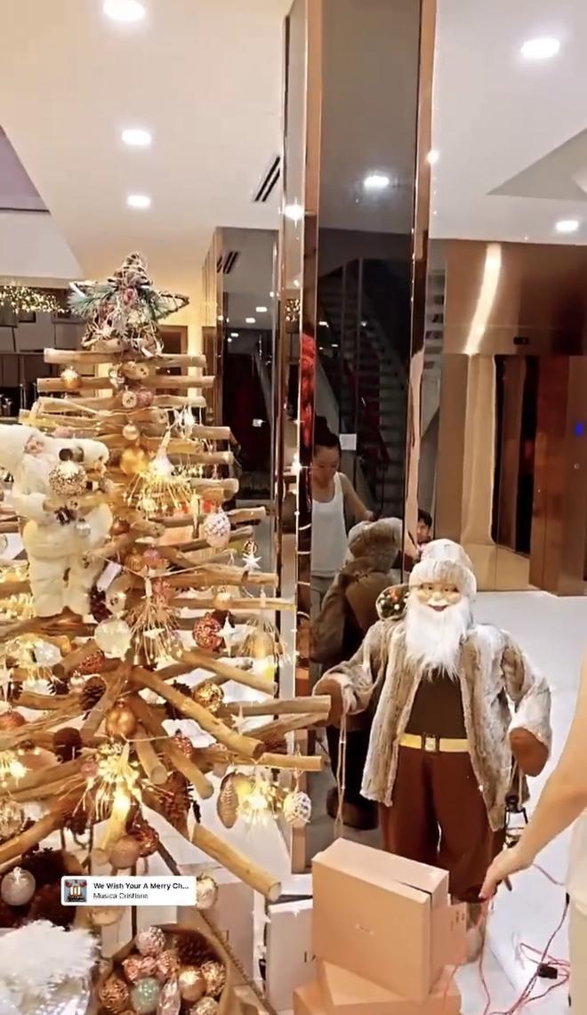 """Căn biệt thự 40 tỷ của Ngọc Trinh """"lên đồ"""" đón Giáng sinh: Choáng ngợp như cung điện, mọi thứ đều """"dát vàng"""" - Ảnh 2."""