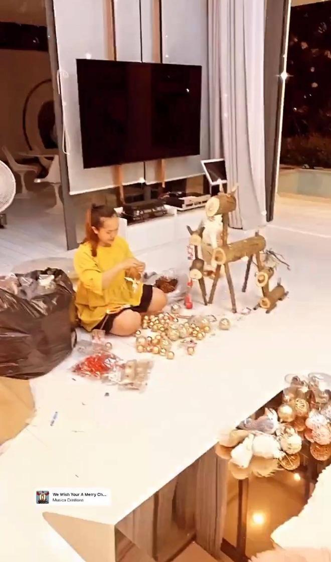 """Căn biệt thự 40 tỷ của Ngọc Trinh """"lên đồ"""" đón Giáng sinh: Choáng ngợp như cung điện, mọi thứ đều """"dát vàng"""" - Ảnh 12."""