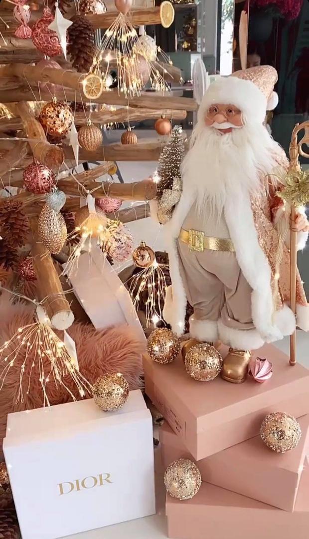 """Căn biệt thự 40 tỷ của Ngọc Trinh """"lên đồ"""" đón Giáng sinh: Choáng ngợp như cung điện, mọi thứ đều """"dát vàng"""" - Ảnh 5."""