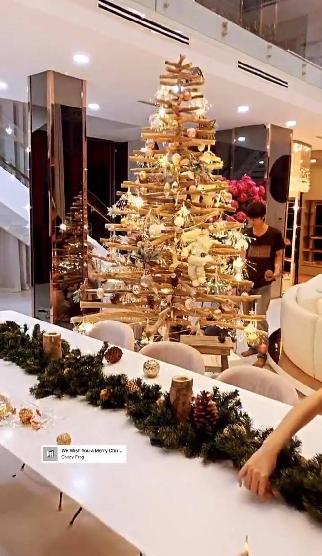 """Căn biệt thự 40 tỷ của Ngọc Trinh """"lên đồ"""" đón Giáng sinh: Choáng ngợp như cung điện, mọi thứ đều """"dát vàng"""" - Ảnh 7."""