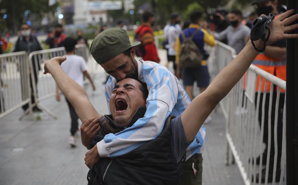 """24h qua ảnh: Người hâm mộ tiếc thương """"Cậu bé vàng"""" Maradona"""