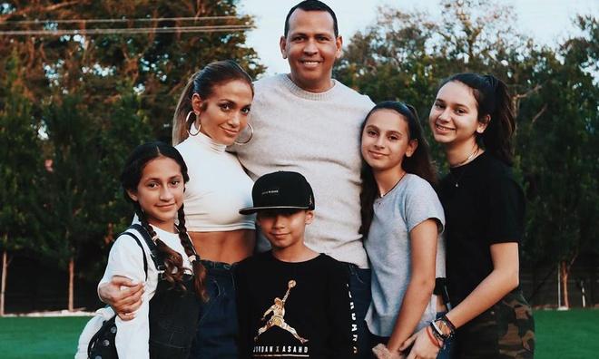Jennifer Lopez: Nữ hoàng nhạc Pop 4 đời chồng, tuổi 51 vẫn cực gợi cảm - Ảnh 5.
