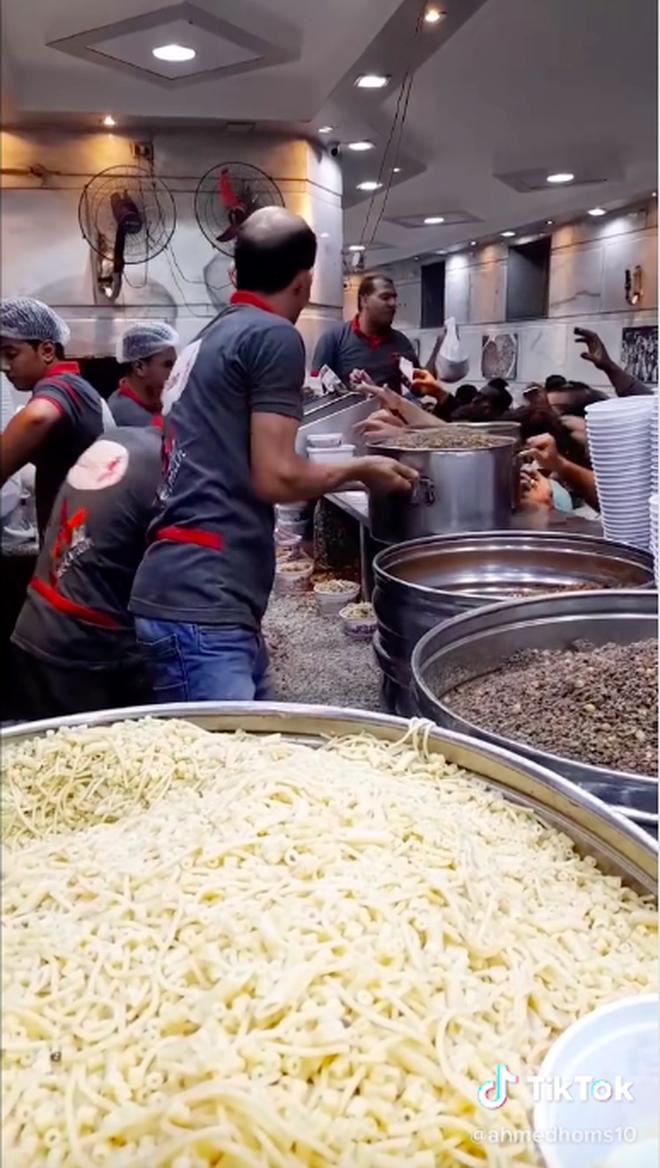 """Dân mạng Việt """"ném đá"""" một quán ăn nước ngoài chỉ vì tốc độ bán hàng... quá nhanh, nhìn vào lượng khách chờ mua còn bất ngờ hơn - ảnh 1"""