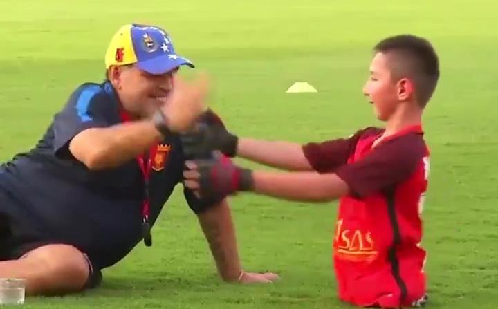 """Thương nhớ Maradona, NHM """"đào"""" lại đoạn video xúc động giữa ông và cậu bé cụt chân"""