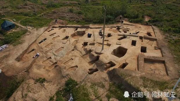 Phong tục tang lễ tàn khốc nhất Trung Quốc: Xây mộ chôn sống cha mẹ già, mỗi ngày đưa cơm kèm theo một viên gạch - Ảnh 5.