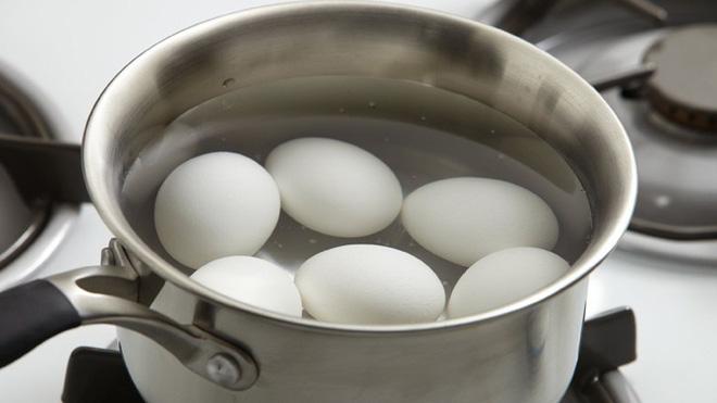 Luộc trứng nhớ thêm 2 thứ này vào, trứng vừa thơm ngon lại tự róc vỏ - Ảnh 3.