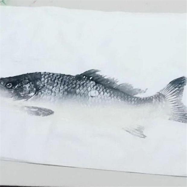 Cô giao bài tập vẽ cá, ông nội ra chợ mua cá thật về tưởng cho cháu xem mẫu, ai ngờ lại làm điều bất ngờ - ảnh 2