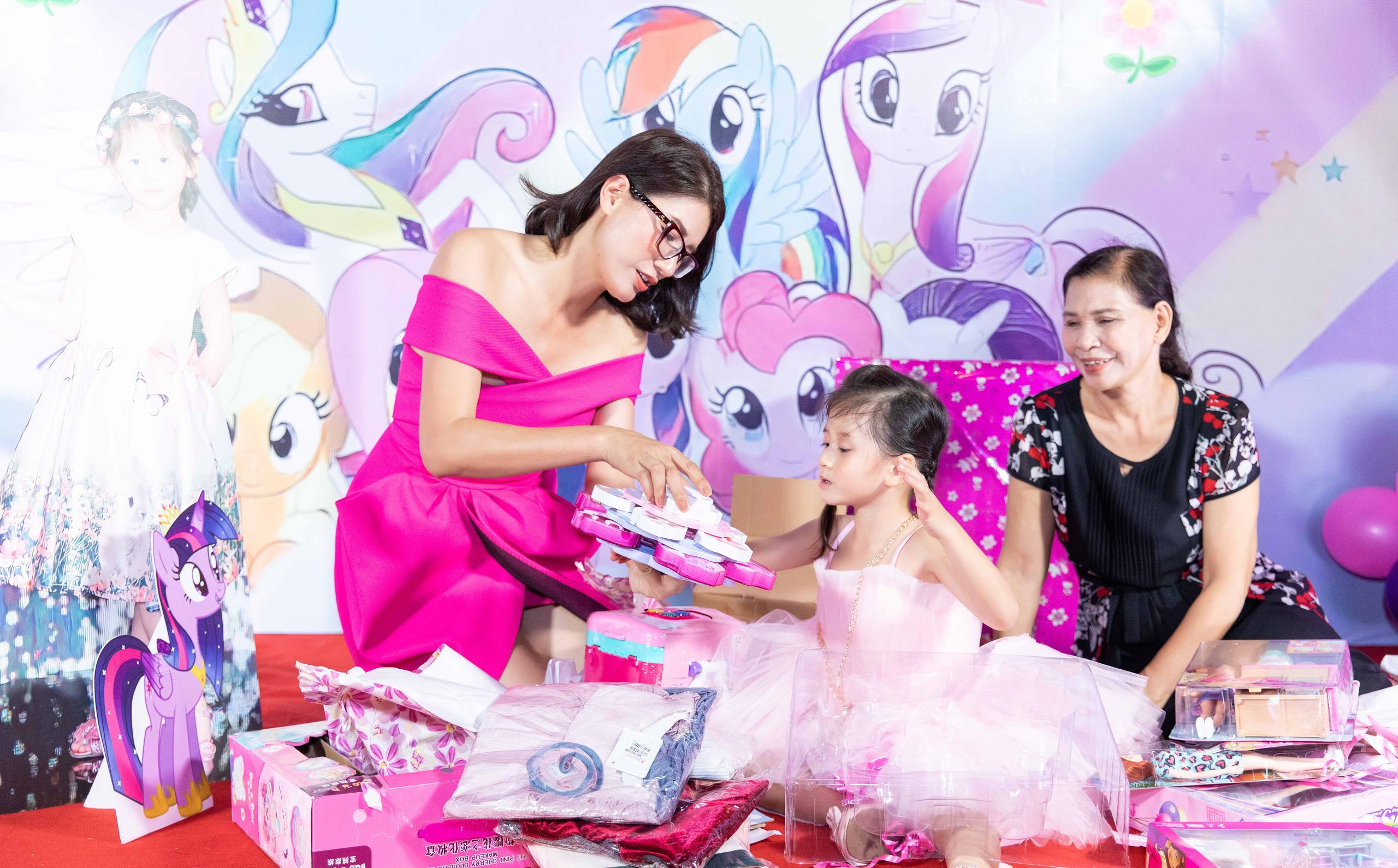 Trang Trần buồn vì sinh nhật con gái thiếu vắng chồng và em ruột