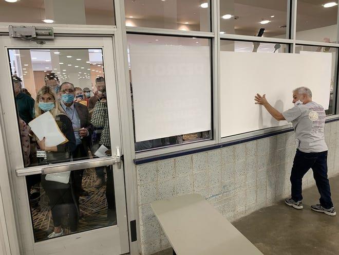 Bầu cử Mỹ: Michigan ngả xanh, hỗn loạn nổ ra ở trung tâm kiểm phiếu tại Detroit - Ảnh 2.