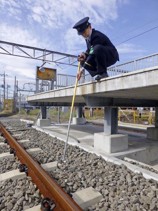 Đáp lời kêu cứu của nhà ga Nhật, Panasonic sản xuất thiết bị chuyên nhặt AirPods khỏi đường ray xe lửa - Ảnh 1.