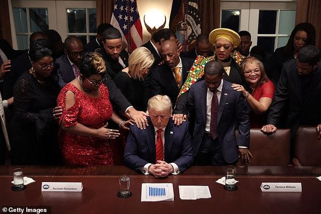 Bầu cử Mỹ: Sự thật bức ảnh TT Trump đứng không vững, cần người đỡ khi các bang ngả xanh - Ảnh 4.