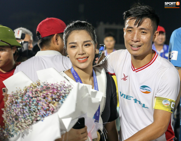 Bùi Tiến Dũng bất ngờ mang nhẫn kim cương cầu hôn Khánh Linh ngay sau khi vô địch V.League - Ảnh 2.
