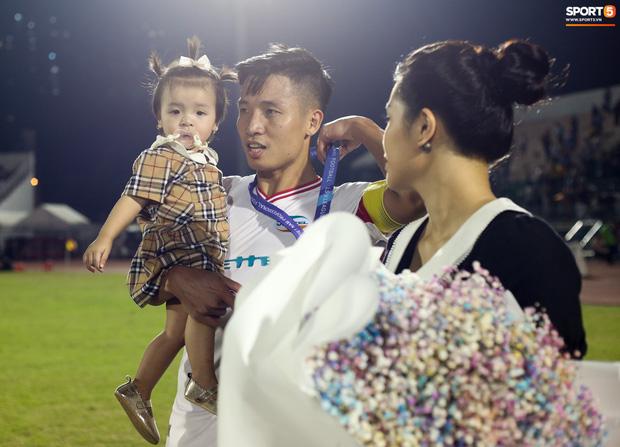 Bùi Tiến Dũng bất ngờ mang nhẫn kim cương cầu hôn Khánh Linh ngay sau khi vô địch V.League - Ảnh 4.