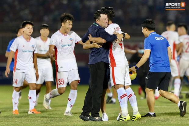 Quế Ngọc Hải bật khóc, Tiến Dũng ăn mừng đầy cảm xúc khi giúp CLB Viettel vô địch V.League 2020 - Ảnh 5.