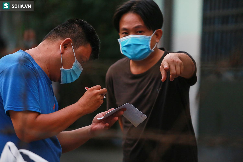 TP.HCM cách ly 52 hộ dân, lấy mẫu 197 người sống gần nhà bệnh nhân 1347 - Ảnh 14.