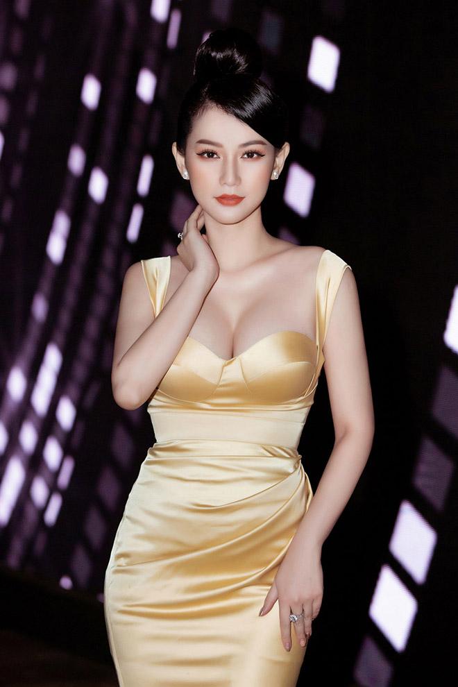 Danh tính nữ MC gây bàn tán khi mặc nóng bỏng trên sóng trực tiếp của VTV - Ảnh 4.
