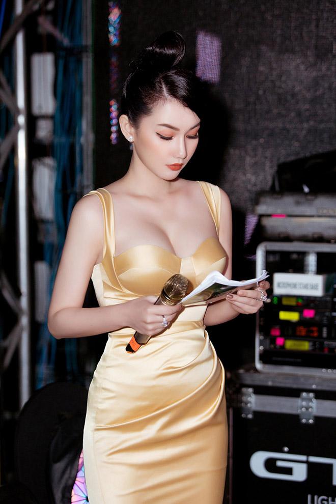 Danh tính nữ MC gây bàn tán khi mặc nóng bỏng trên sóng trực tiếp của VTV - Ảnh 3.