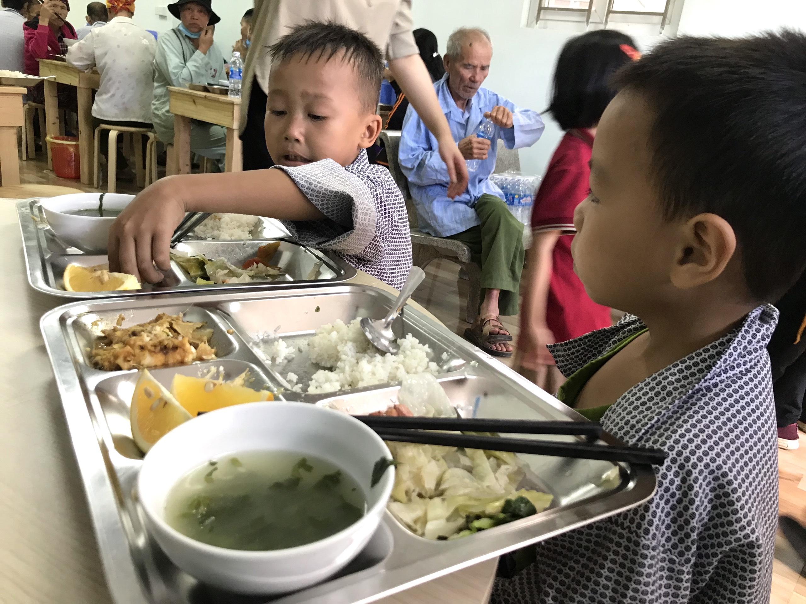 Quán cơm 2000 đồng đầu tiên ở Nghệ An: Ai không có tiền vẫn mời họ vào ăn - Ảnh 13.