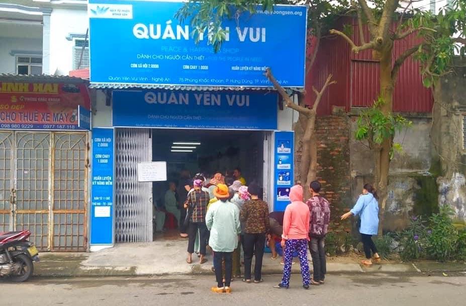 Quán cơm 2000 đồng đầu tiên ở Nghệ An: Ai không có tiền vẫn mời họ vào ăn - Ảnh 2.