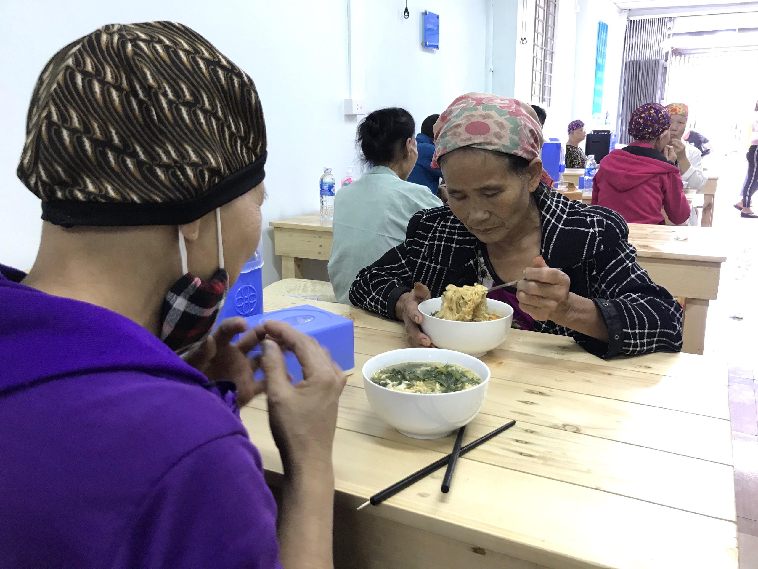 Quán cơm 2000 đồng đầu tiên ở Nghệ An: Ai không có tiền vẫn mời họ vào ăn - Ảnh 11.