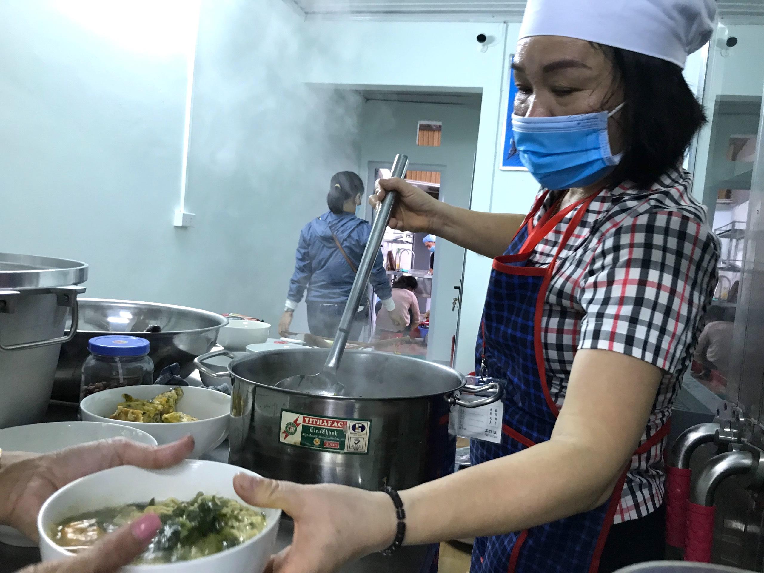 Quán cơm 2000 đồng đầu tiên ở Nghệ An: Ai không có tiền vẫn mời họ vào ăn - Ảnh 10.