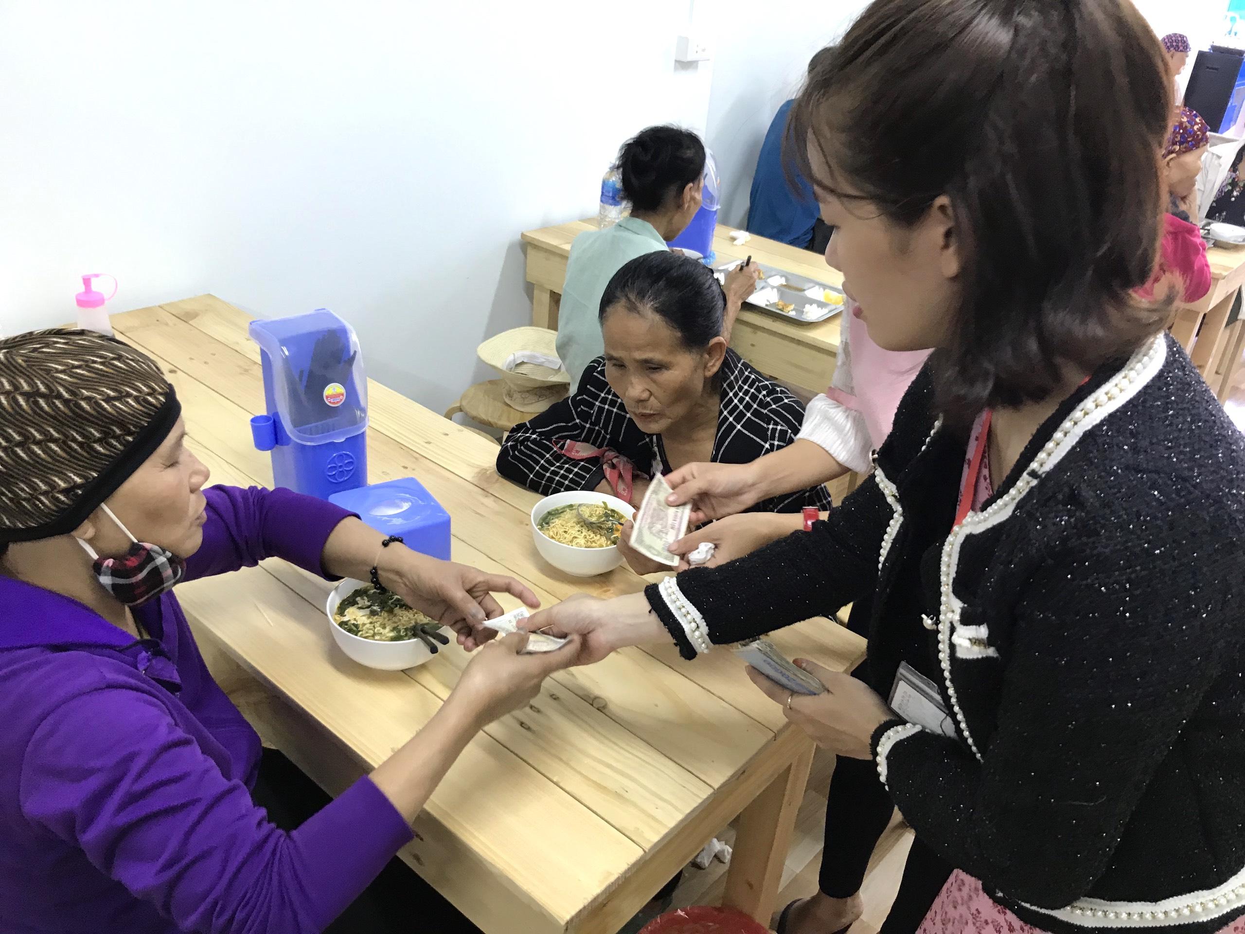 Quán cơm 2000 đồng đầu tiên ở Nghệ An: Ai không có tiền vẫn mời họ vào ăn - Ảnh 12.