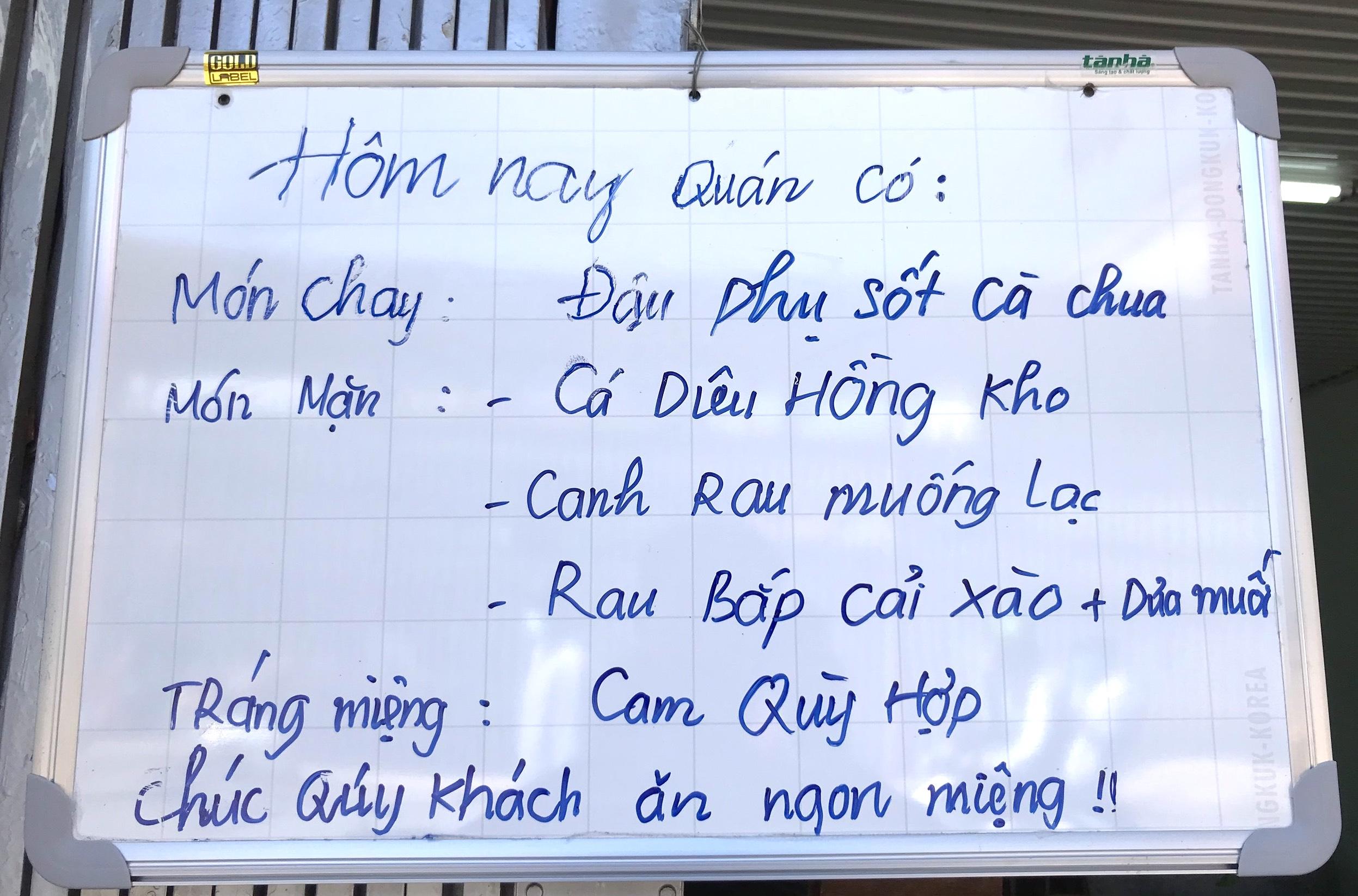 Quán cơm 2000 đồng đầu tiên ở Nghệ An: Ai không có tiền vẫn mời họ vào ăn - Ảnh 3.