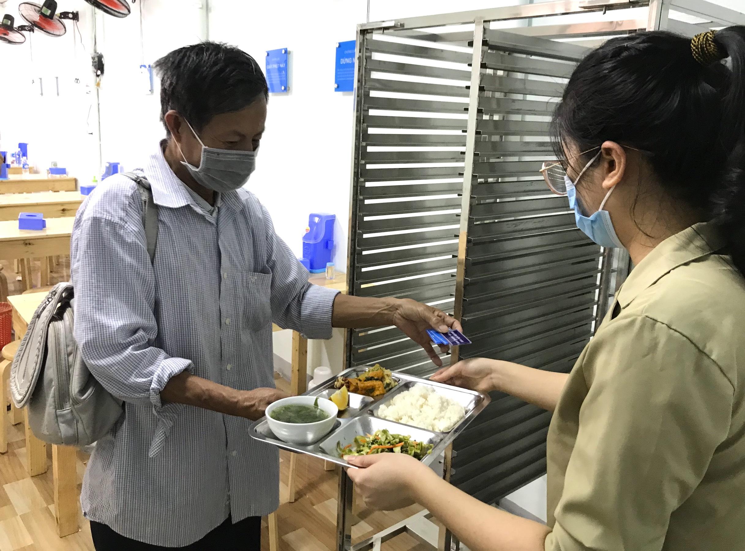 Quán cơm 2000 đồng đầu tiên ở Nghệ An: Ai không có tiền vẫn mời họ vào ăn - Ảnh 5.