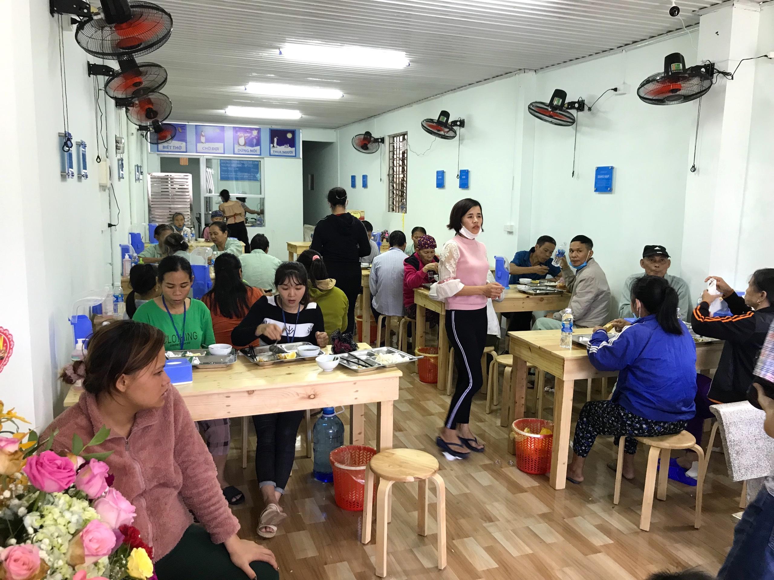 Quán cơm 2000 đồng đầu tiên ở Nghệ An: Ai không có tiền vẫn mời họ vào ăn - Ảnh 15.