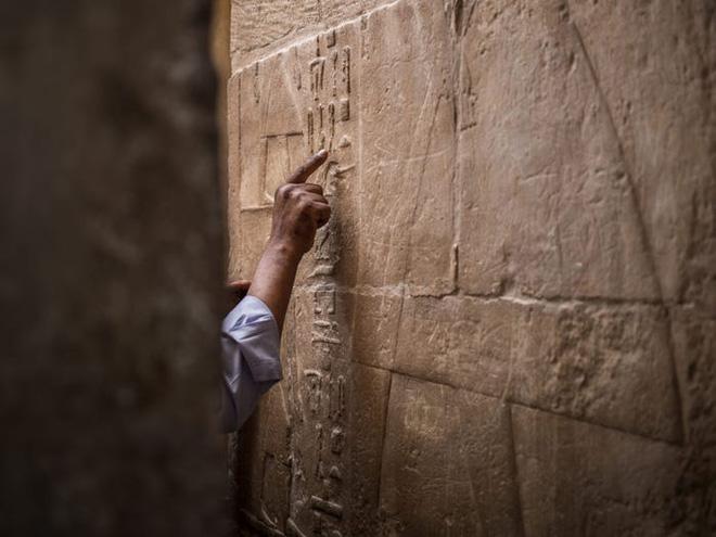 Khai quật lăng mộ 2500 năm tuổi, tìm thấy hàng loạt lời nguyền xác ướp Ai Cập khắc trên tường - Ảnh 1.