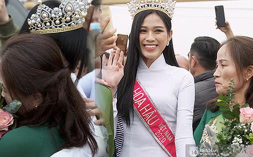 Phỏng vấn nóng mẹ Đỗ Thị Hà ngày con gái về làng: 'Dù con không là Hoa hậu Việt Nam thì con mãi là hoa hậu bé nhỏ trong lòng mẹ'