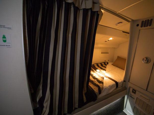 Soi cận cảnh chỗ nghỉ của các tiếp viên và phi công trên máy bay, có khi họ đang nằm ngủ ngay… dưới chân bạn đấy! - Ảnh 1.