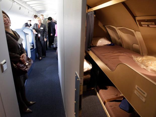 Soi cận cảnh chỗ nghỉ của các tiếp viên và phi công trên máy bay, có khi họ đang nằm ngủ ngay… dưới chân bạn đấy! - Ảnh 2.