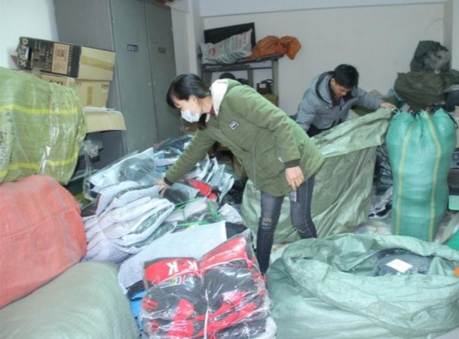Lào Cai: Liên tục bắt giữ nhiều lô hàng quần áo nhập lậu - Ảnh 1.
