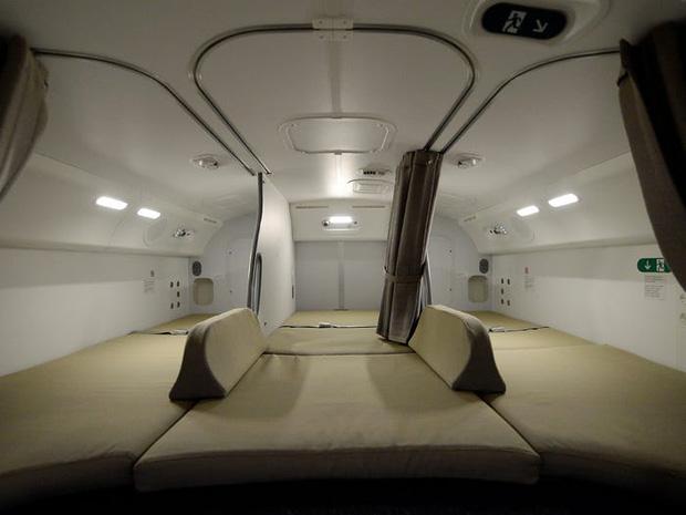 Soi cận cảnh chỗ nghỉ của các tiếp viên và phi công trên máy bay, có khi họ đang nằm ngủ ngay… dưới chân bạn đấy! - Ảnh 11.