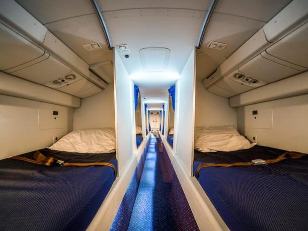 Soi cận cảnh chỗ nghỉ của các tiếp viên và phi công trên máy bay, có khi họ đang nằm ngủ ngay… dưới chân bạn đấy! - Ảnh 12.