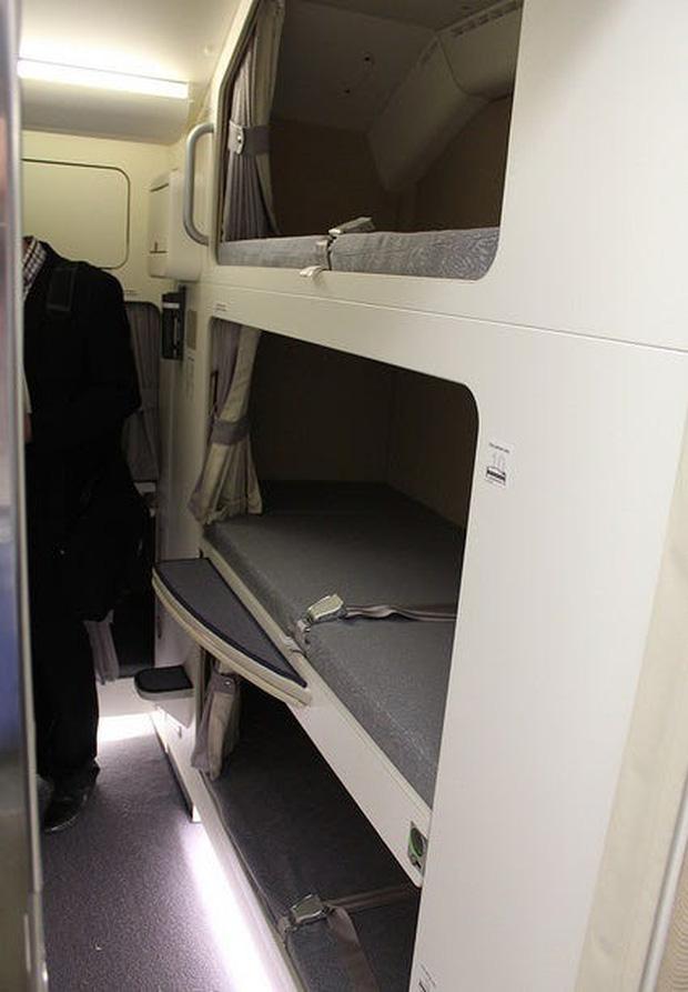 Soi cận cảnh chỗ nghỉ của các tiếp viên và phi công trên máy bay, có khi họ đang nằm ngủ ngay… dưới chân bạn đấy! - Ảnh 13.