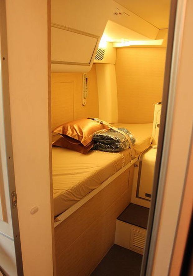 Soi cận cảnh chỗ nghỉ của các tiếp viên và phi công trên máy bay, có khi họ đang nằm ngủ ngay… dưới chân bạn đấy! - Ảnh 14.