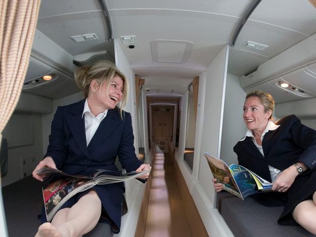Soi cận cảnh chỗ nghỉ của các tiếp viên và phi công trên máy bay, có khi họ đang nằm ngủ ngay… dưới chân bạn đấy! - Ảnh 3.