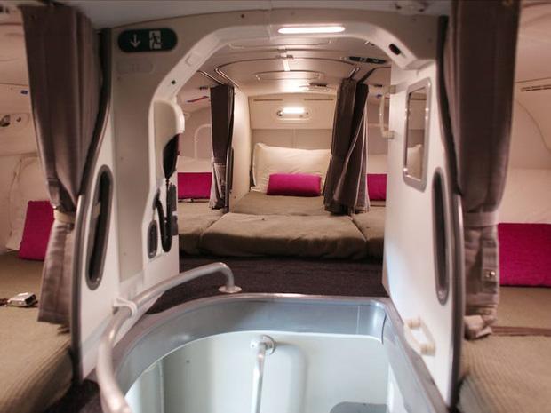 Soi cận cảnh chỗ nghỉ của các tiếp viên và phi công trên máy bay, có khi họ đang nằm ngủ ngay… dưới chân bạn đấy! - Ảnh 6.