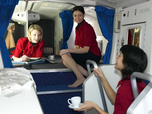 Soi cận cảnh chỗ nghỉ của các tiếp viên và phi công trên máy bay, có khi họ đang nằm ngủ ngay… dưới chân bạn đấy! - Ảnh 7.